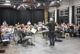 Uitvoering Muziekvereniging Salland in teken van helden
