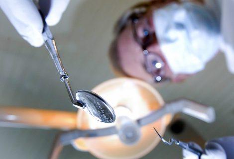 Heinose tandartsen slijpen de boren