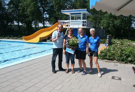 Ria Kinds 25.000e bezoeker zwembad De Tippe