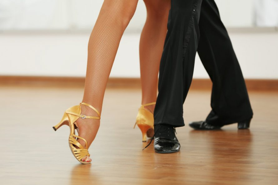 Ouderwets zwieren over de dansvloer in Dorpshuus