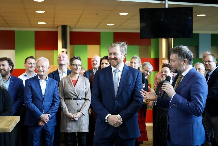Koning Willem-Alexander in gesprek met ambtenaren, inwoners en raadsleden