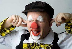 Clown Knapie spreekt jarige kinderen toe