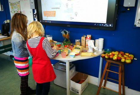 Basisschool kinderen genieten van biologisch ontbijt
